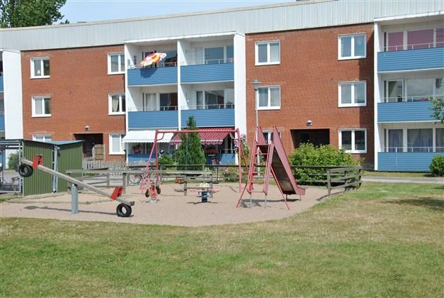 Precis utanför, på innergården finns lekplats (arkivbild)
