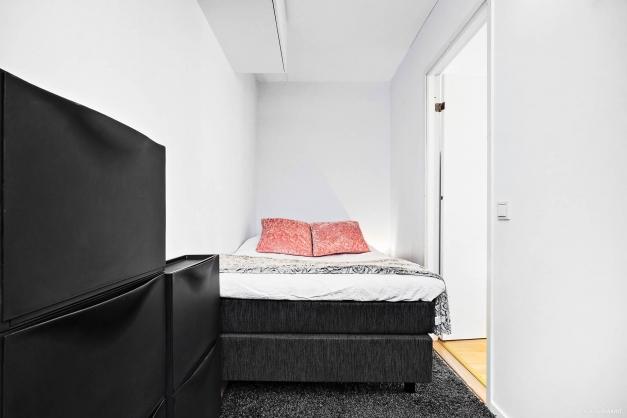 Sovrum/kontor. Möjlighet att flytta ut väggen mot angränsande sovrum för att rummet ska bli större.