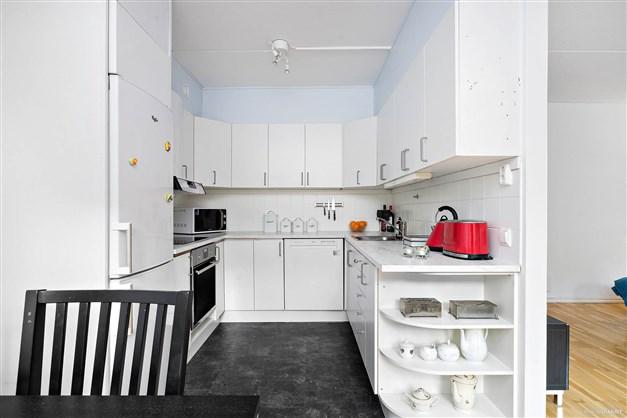 Kök med full maskinell utrustning. Maskiner från 2016
