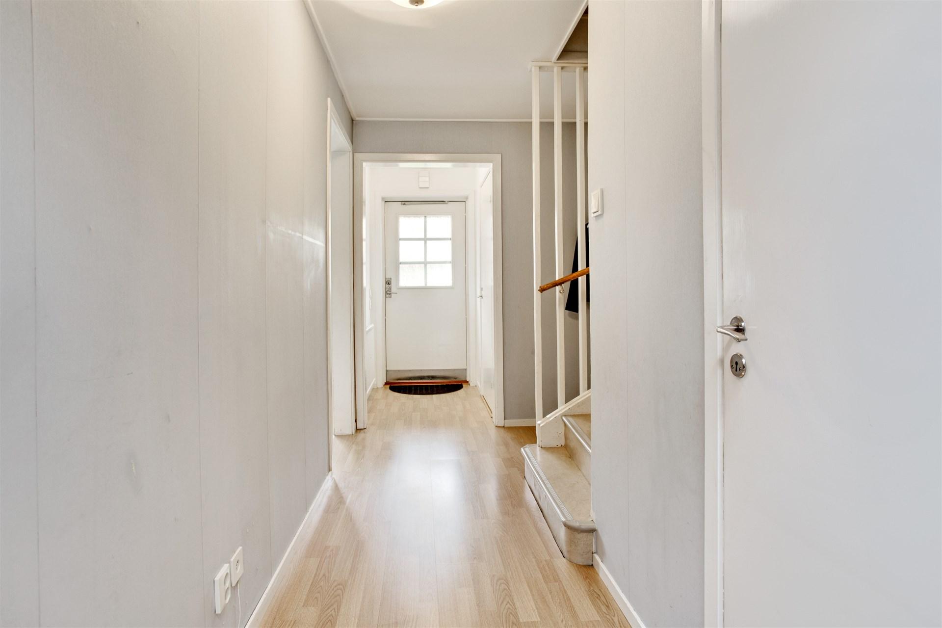 I hallen finns uppgång till övervåningen och nedgång till källaren.