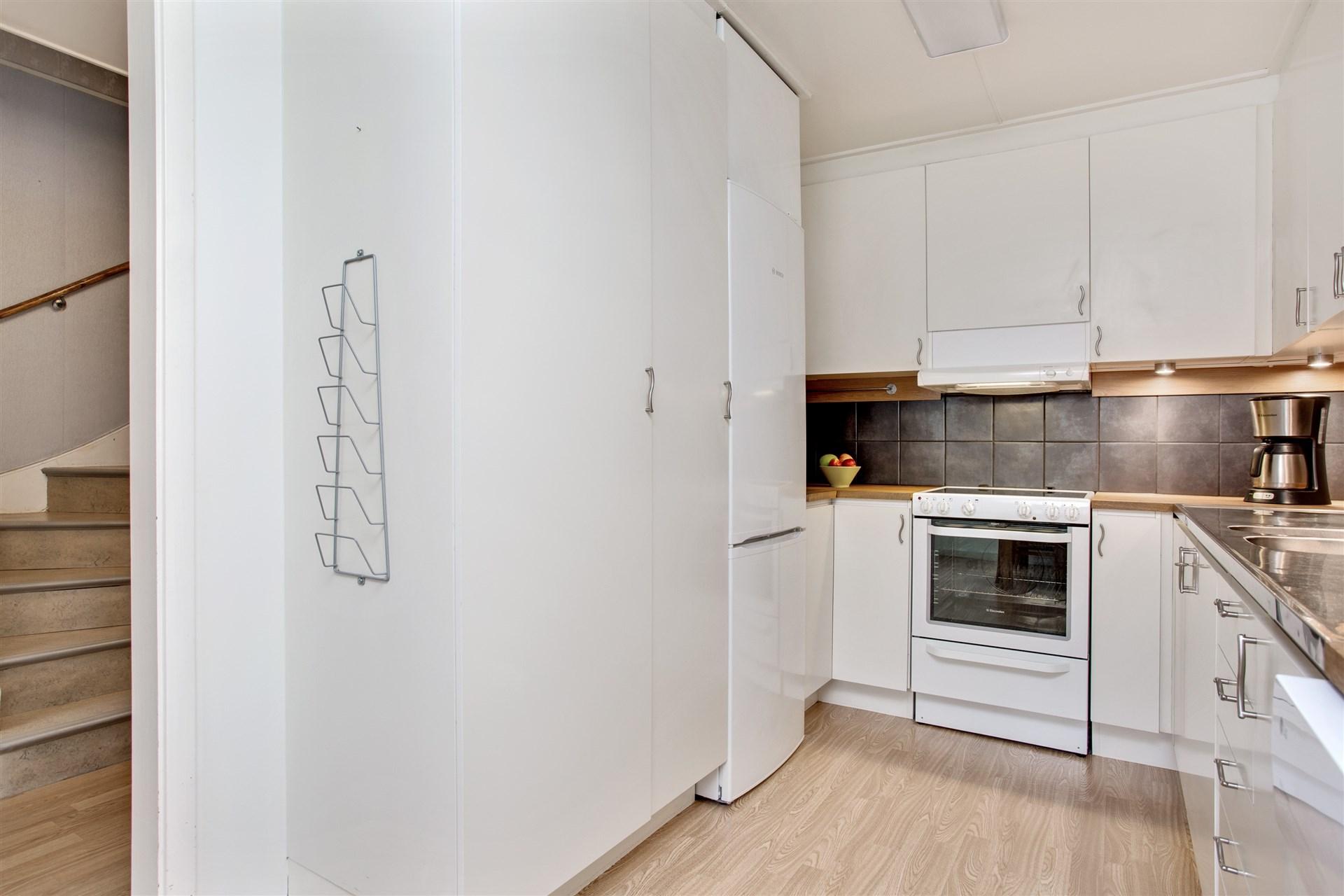 I köket finns ett städskåp och ett skafferi.