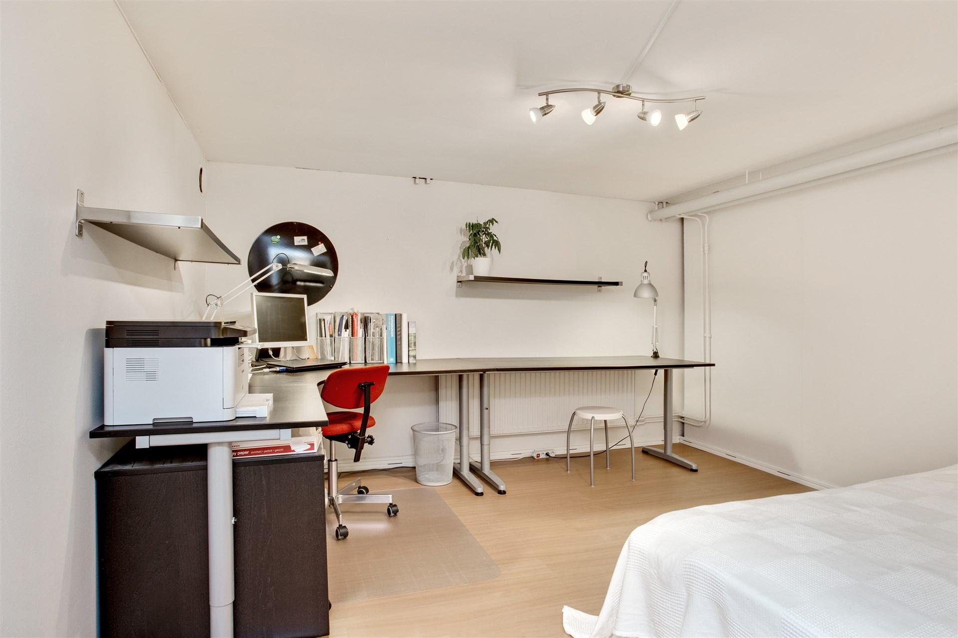 Sovrum 3 i källarvåningen som idag används bla som kontor.