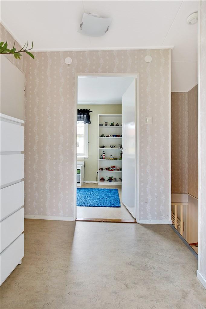 Hall på övervåningen med 1 garderob.