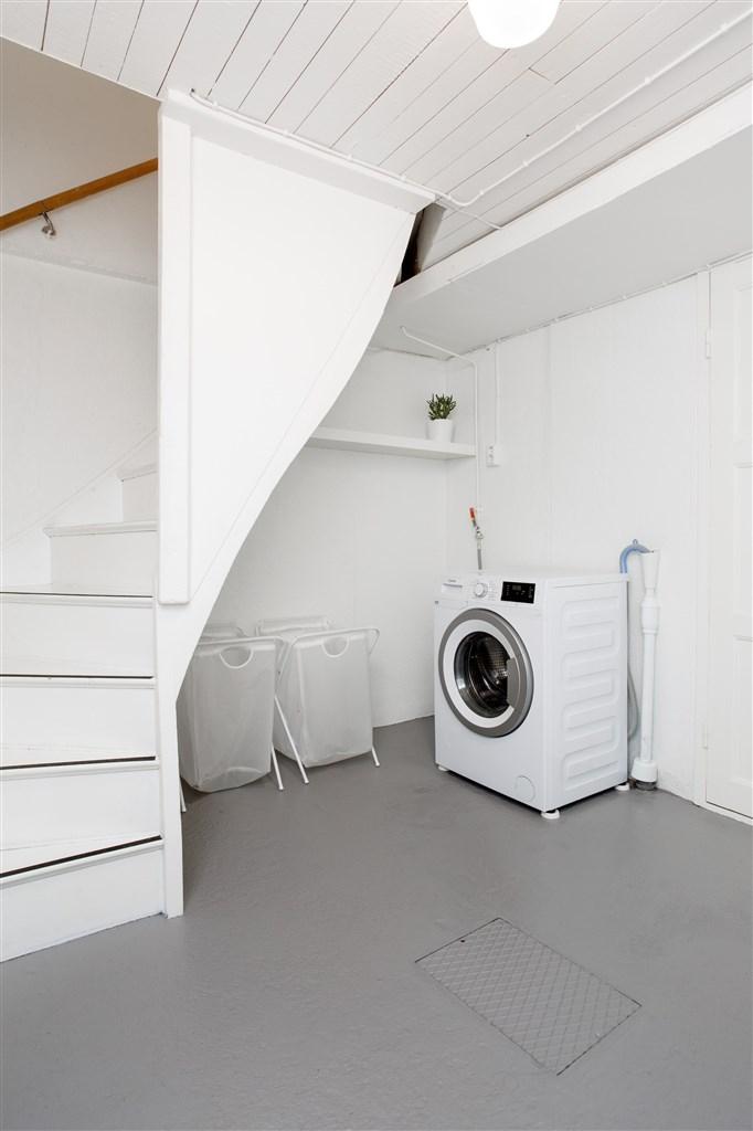 Hall/tvättstuga i källaren. I källaren finns också 2 bra förrådsutrymmen.