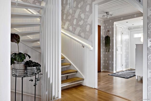 Inre hall, trapp till övre plan