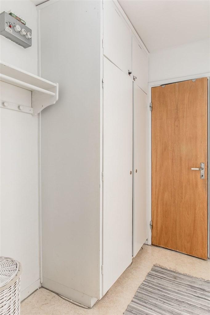 I hallen finns klädförvaring i garderober