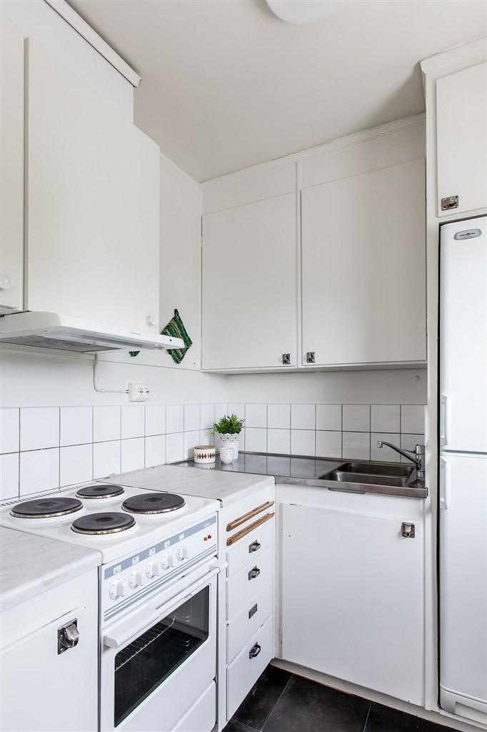 Kök med spis, fläkt och kyl/frys