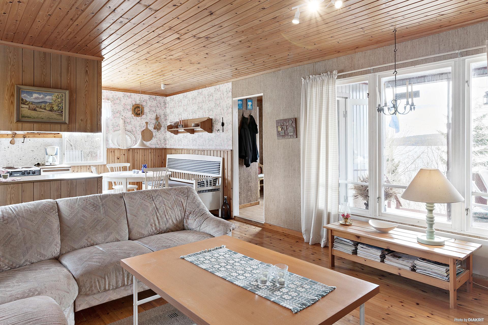 Vardagsrum med härlig storlek på fönsterna