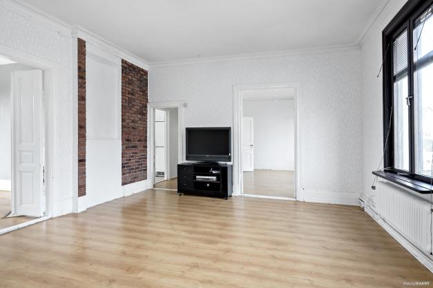 Lägenhet 1 - Vardagsrum med vy mot sovrummen, hallen och köket
