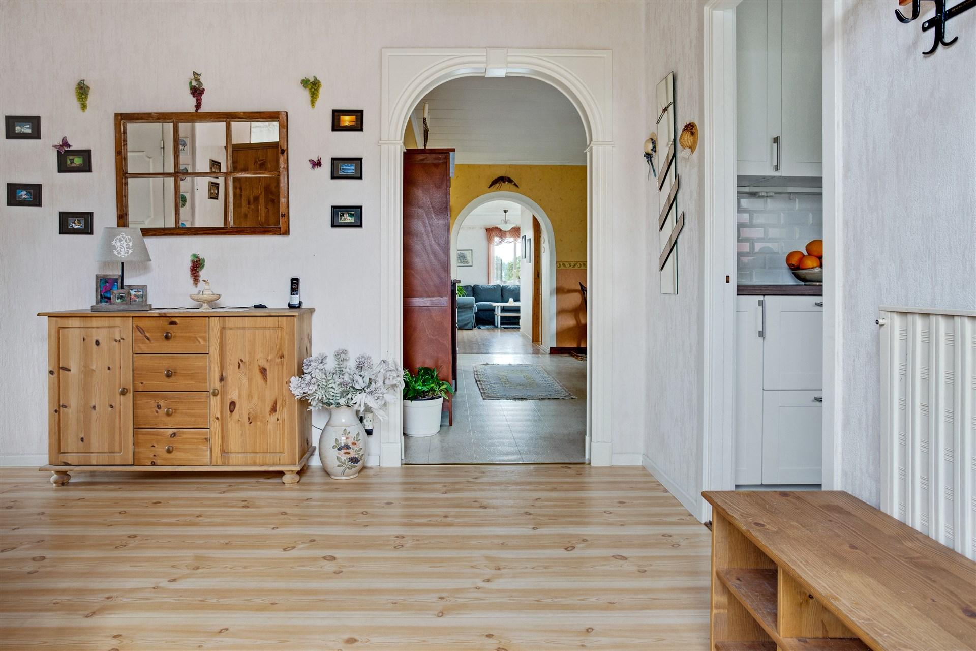 I hallen finn portal till matrum samt ingång till köket.