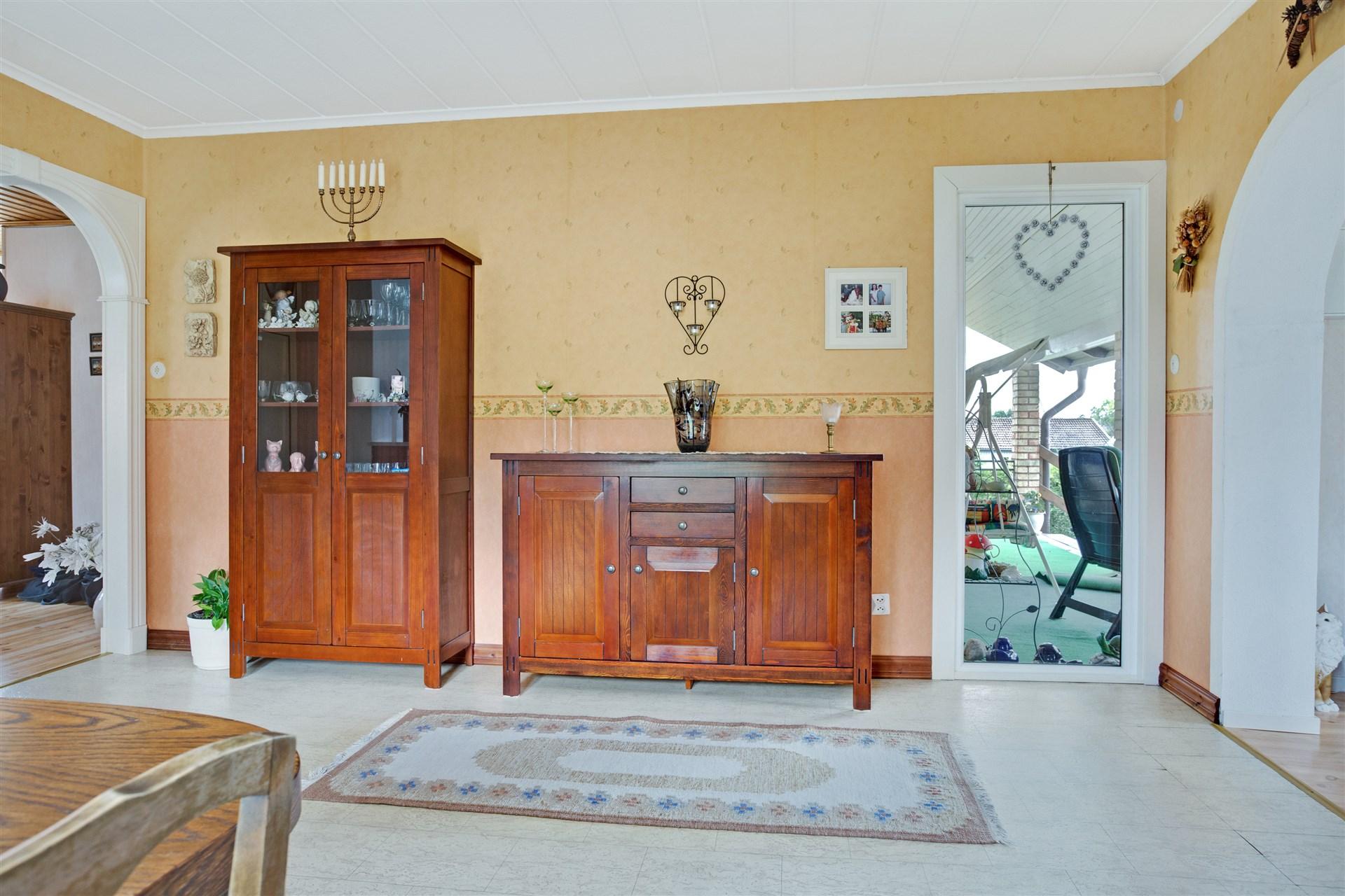 Matrum med stort fönster mot altanen som ger fint ljusinläpp.