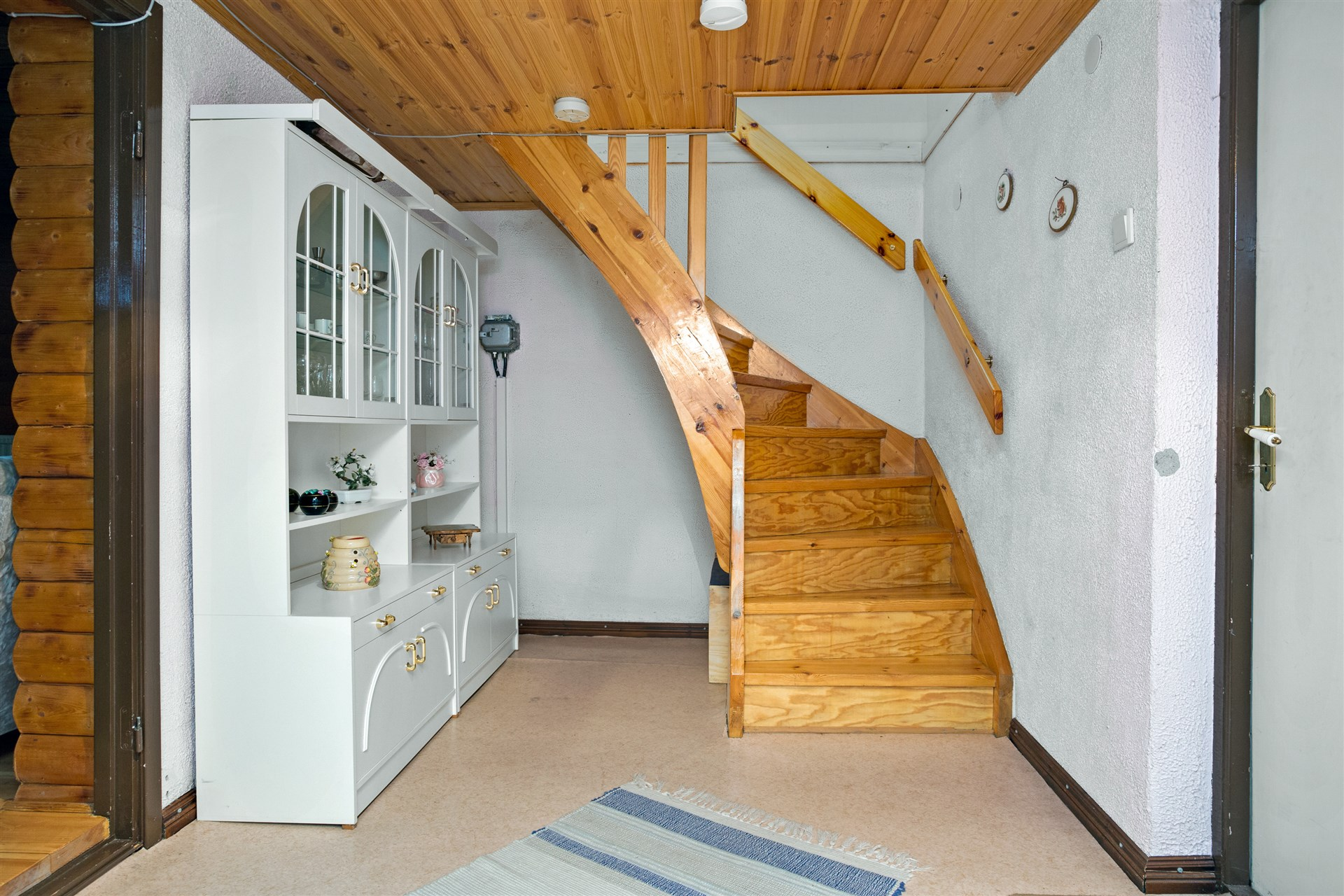 Hall i källaren med ingång till gillestuga, garage mm.
