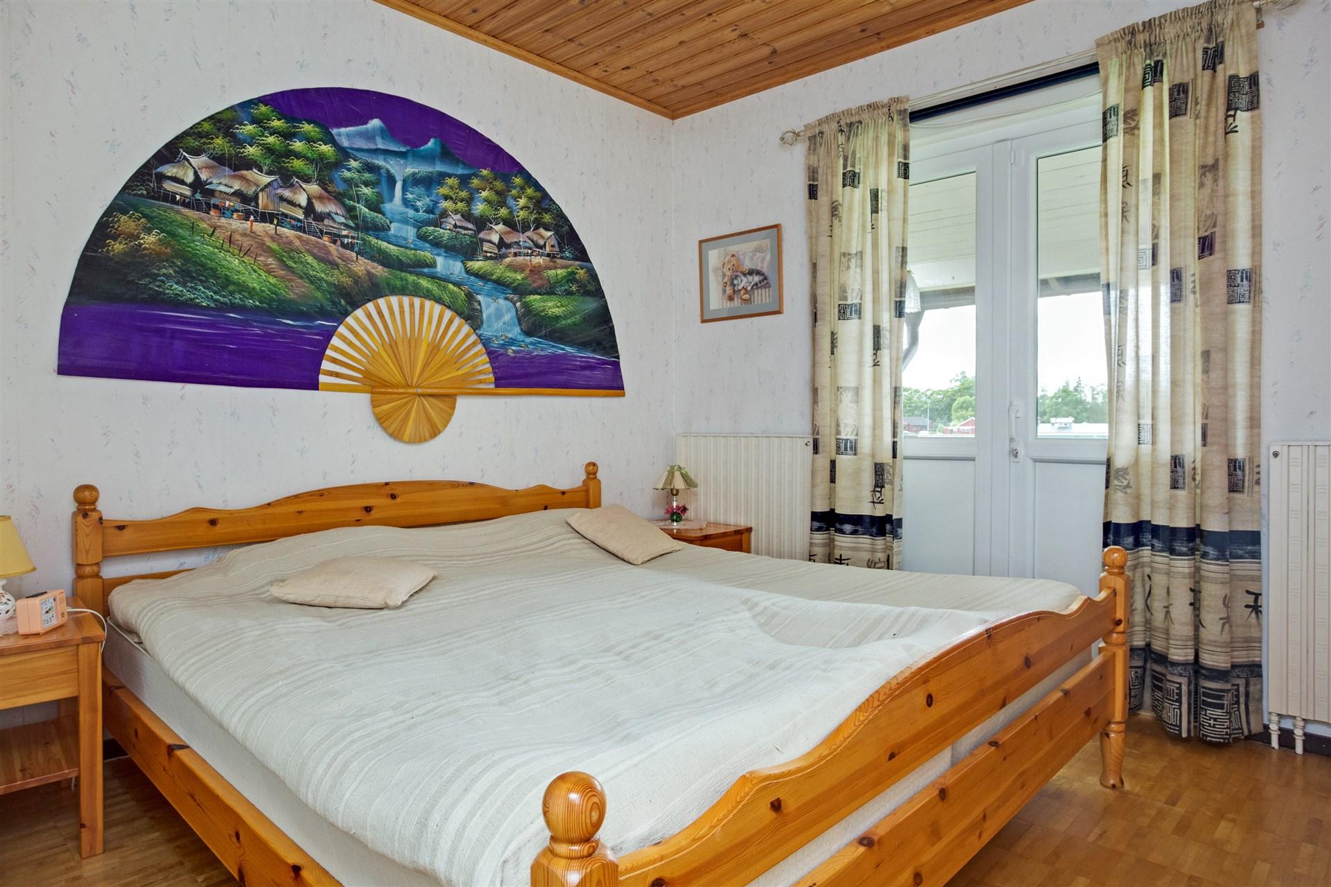 Sovrum 3 med 3 st garderober och skjutdörrar.