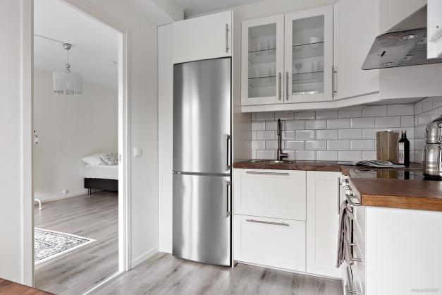 Modernt kök med utrustning i rostfri finish
