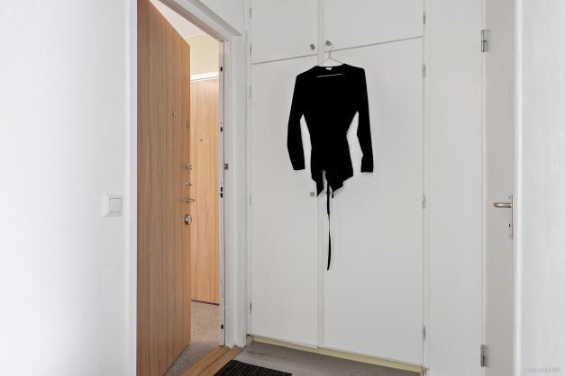 Välplanerad hall med två inbyggda garderober och plats för hatthylla