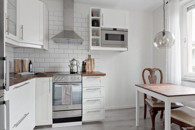 Modernt kök med utrustning i rostfri finish och plats för matgrupp