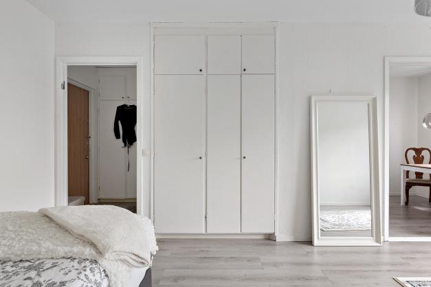 Stort allrum med bra förvaringsutrymme i inbyggda garderober