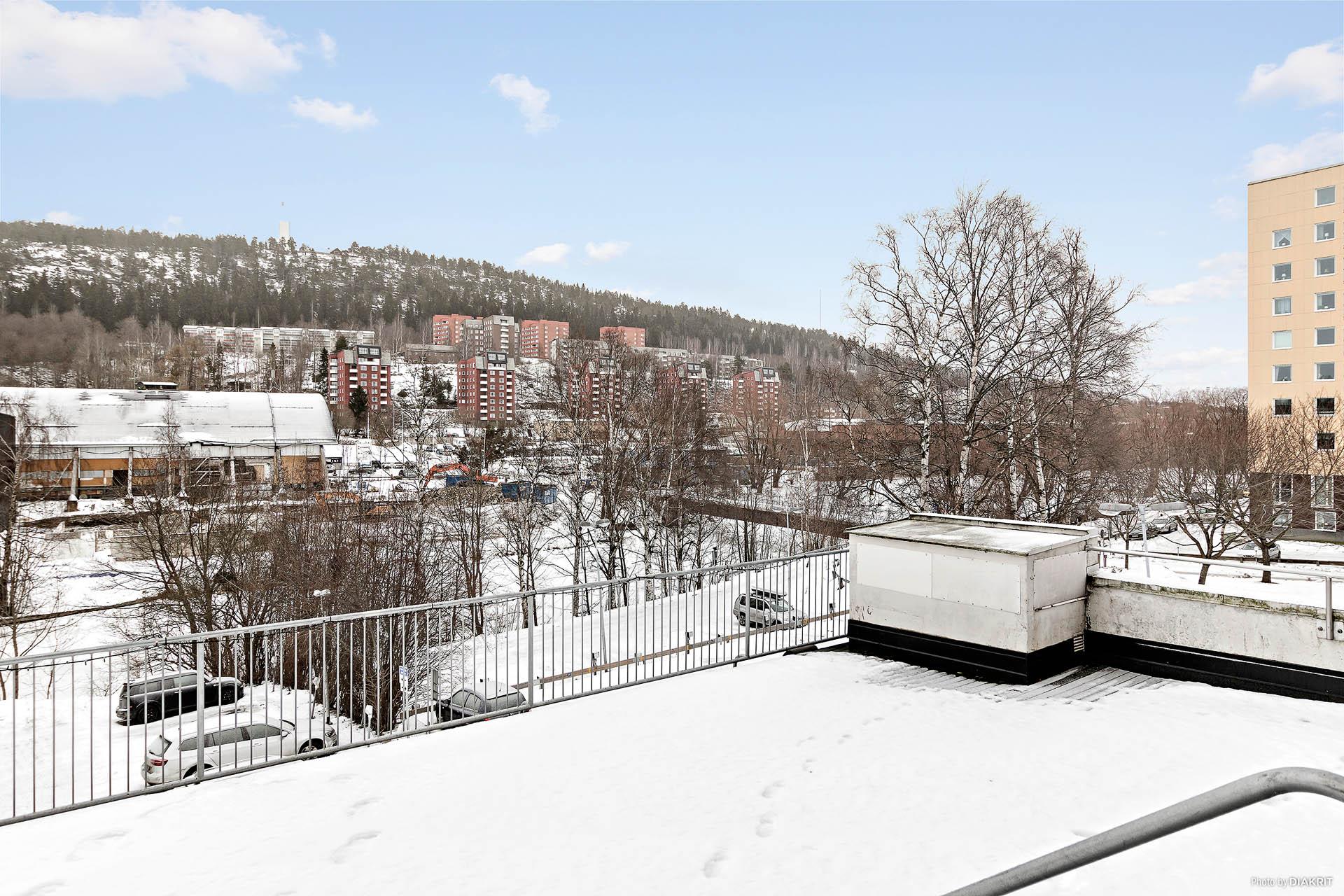 Härlig gemensam terrass med trädgårdsmöbler och grill