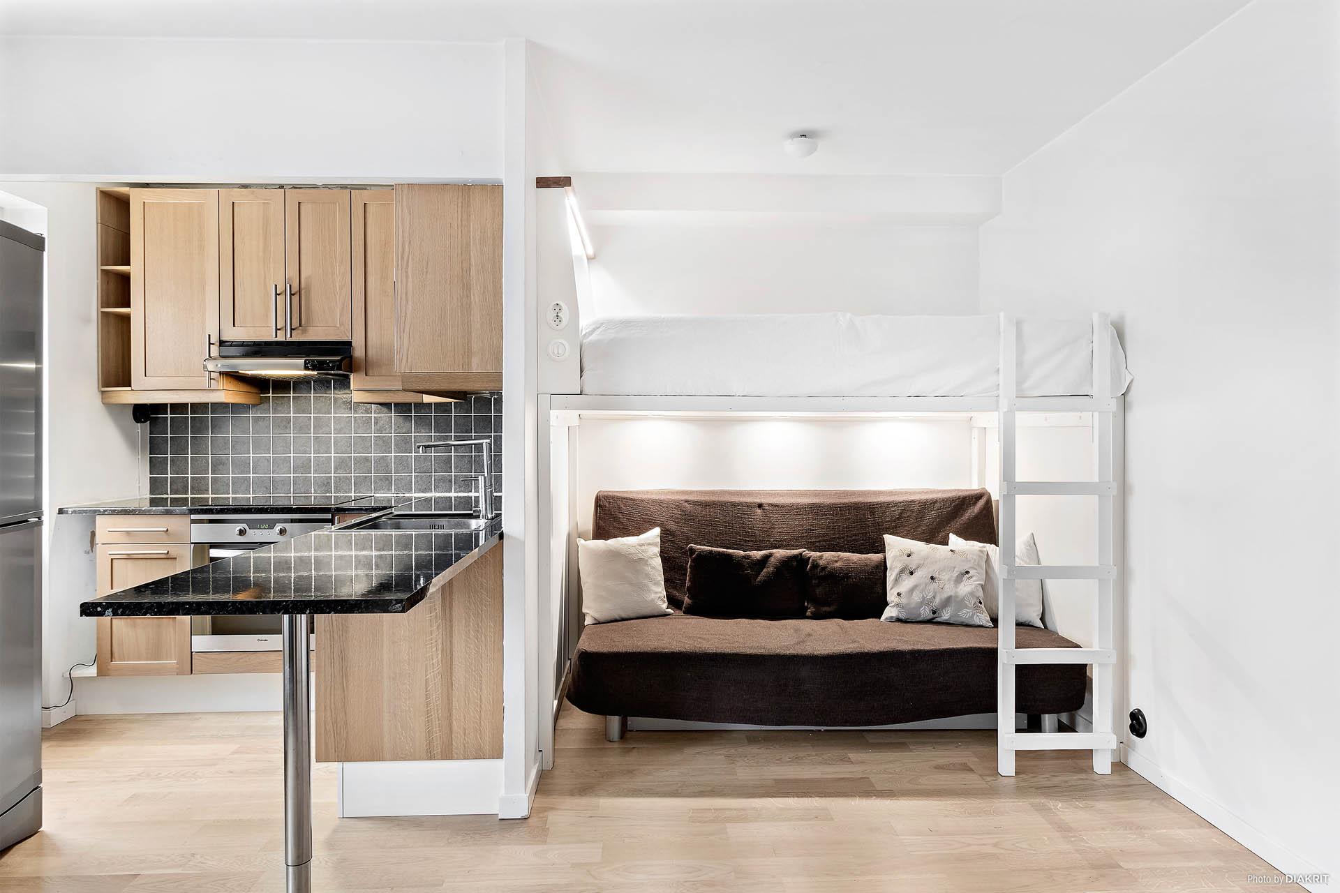 Kvadratsmart lägenhet med platsbyggd loftsäng