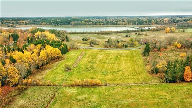 Lättbebyggd lantbruksfastighet som består av både åker och skogsmark.