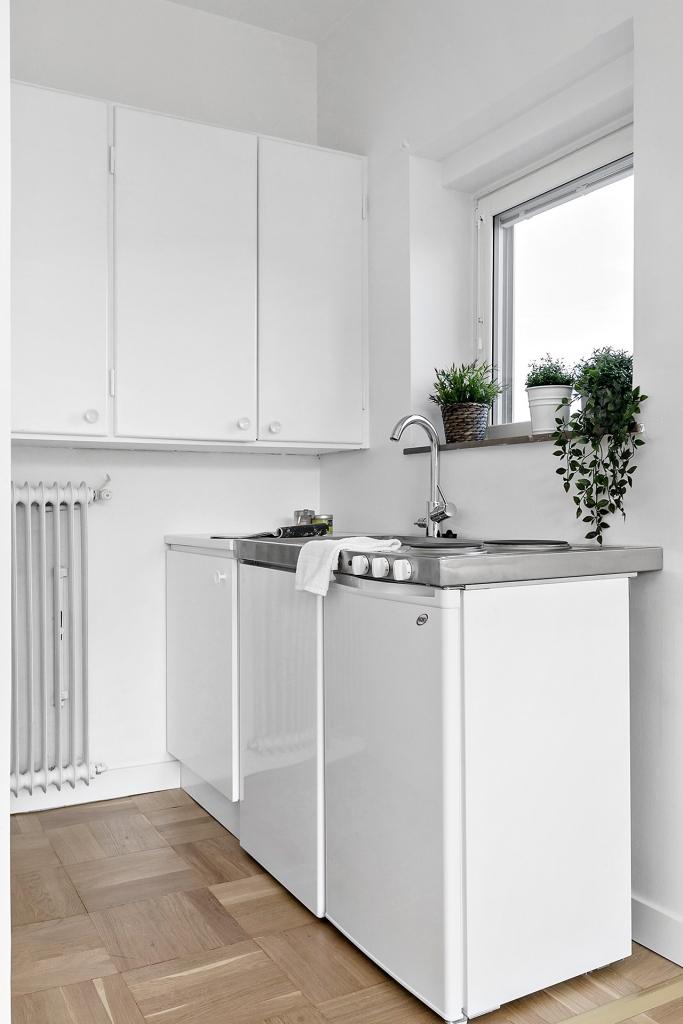 Kylskåp, spis och vask.