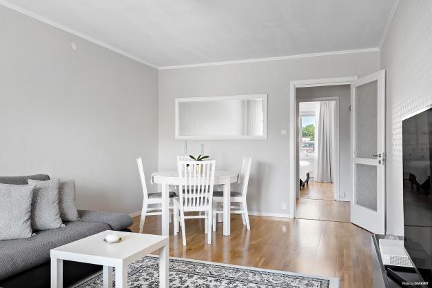Vardagsrummet har plats både för soffa och matrumsmöbel