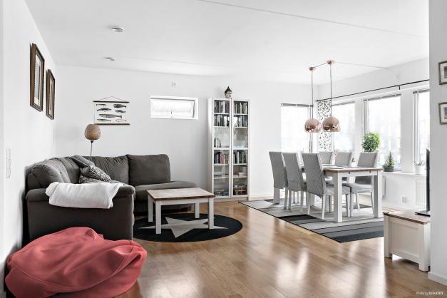 Ljust vardagsrum med plats för både soffa och matbord!