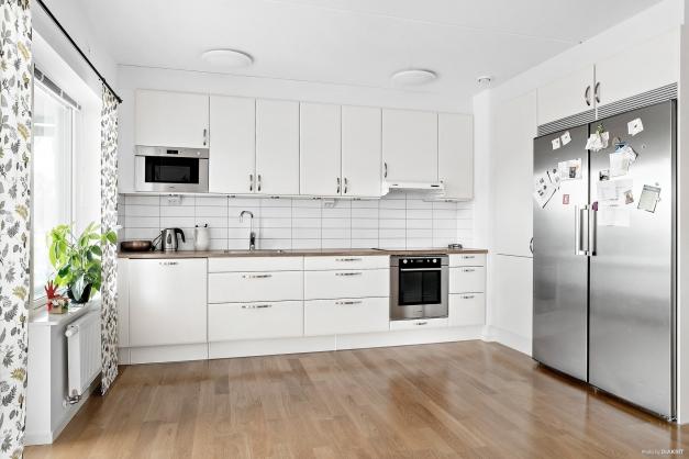 Rymligt kök med öppen planlösning mot vardagrummet.