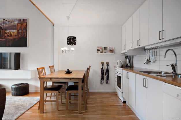 Kök och vardasgrum i ett