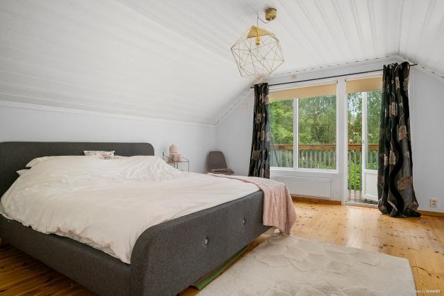 Stort sovrum på övre plan med utgång till rymlig balkong