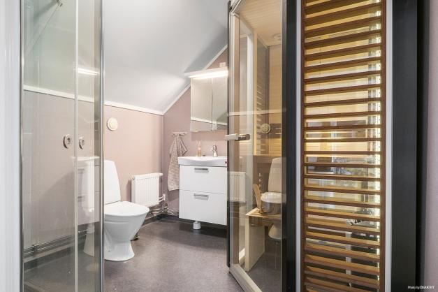 Renoverat badrum på övre plan med dusch och bastu