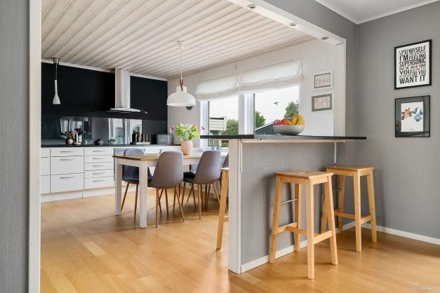 Fantastiskt härligt kök med öppen planlösning in till vardagsrummet, avdelat enbart med bardisk.