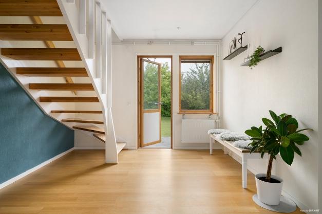 Husets inre hall mynnar ut i möblerbart utrymme varifrån husets baksida nås. Perfekt som kontor etc.