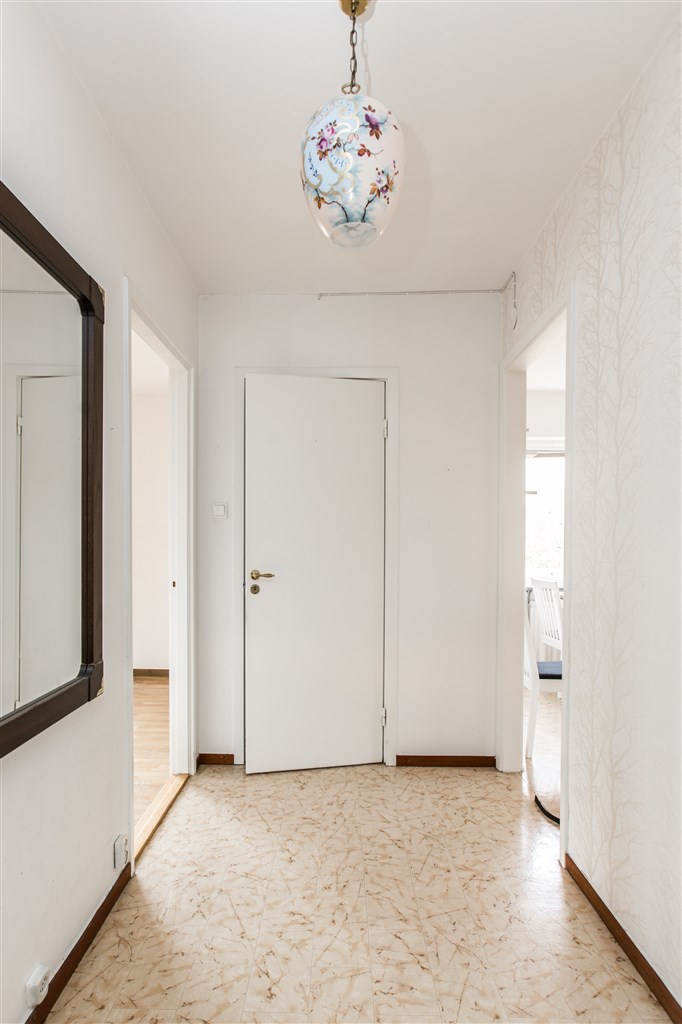 Lägenhet nedervåning. Hall mot toalett och kök
