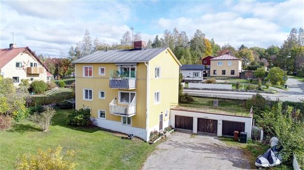 Välkommen till Breda Gatan 1  Villa med 2 lägenheter