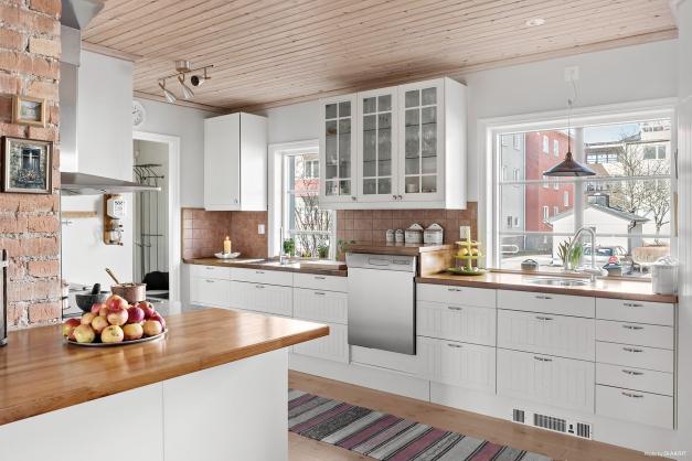 Renoverat kök med god förvaring och stora arbetsytor.