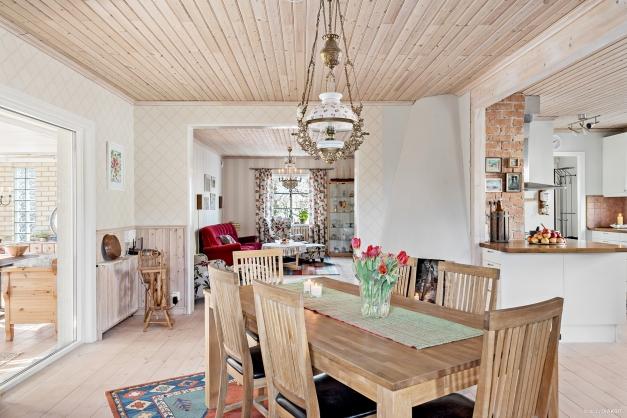 Matrum, kök och vardagsrum i öppen planlösning.