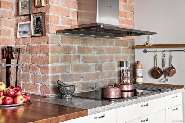 Vacker tegelvägg ger köket fin karaktär.