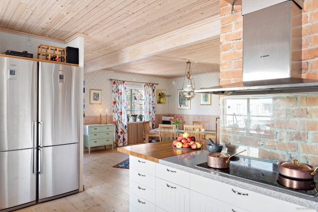 Kök och matrum i öppen planlösning. Bänken runt hörnet är idialisk för buffé - t ex påsk, jul och familjemiddagar.