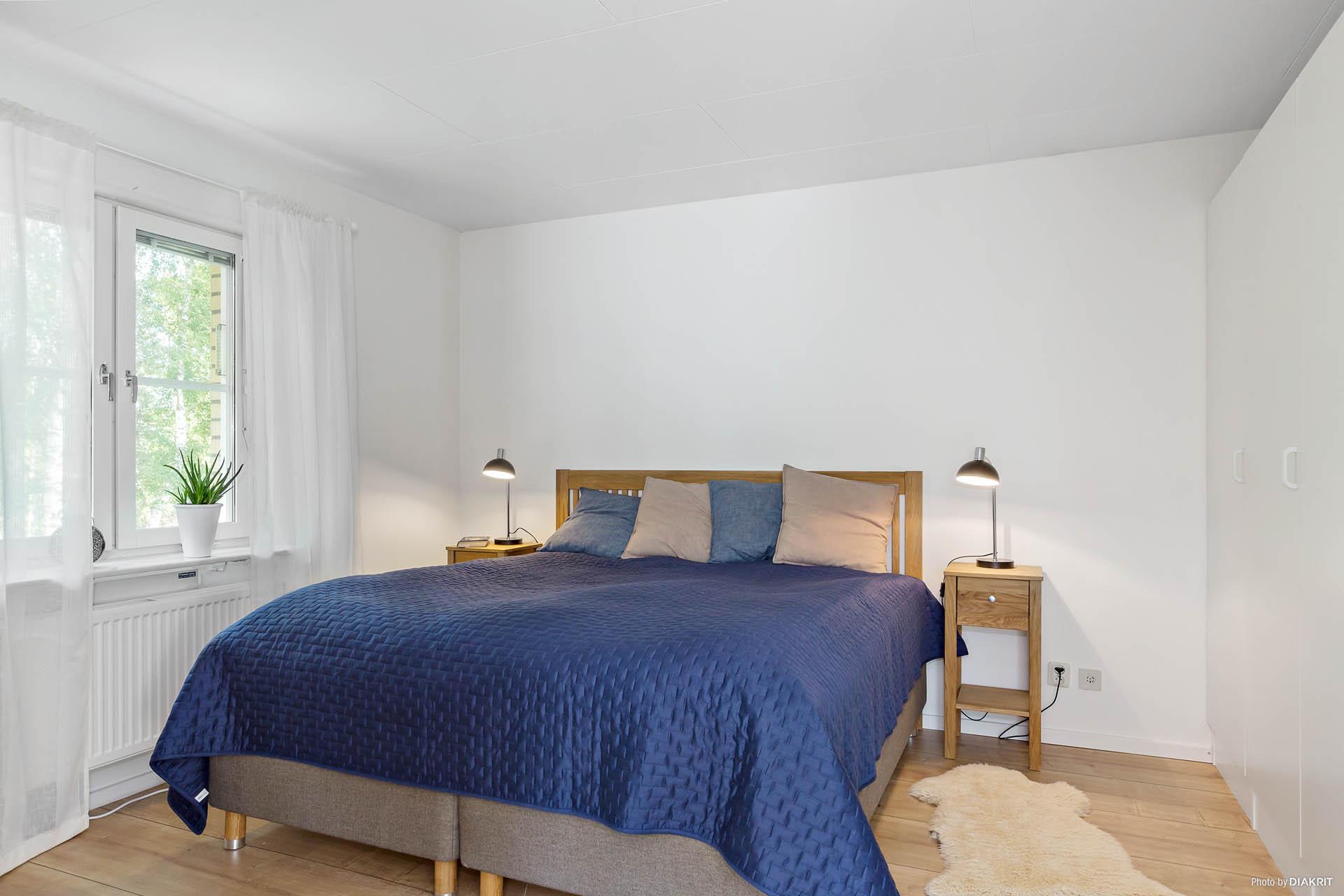 Stort sovrum med bra förvaring.