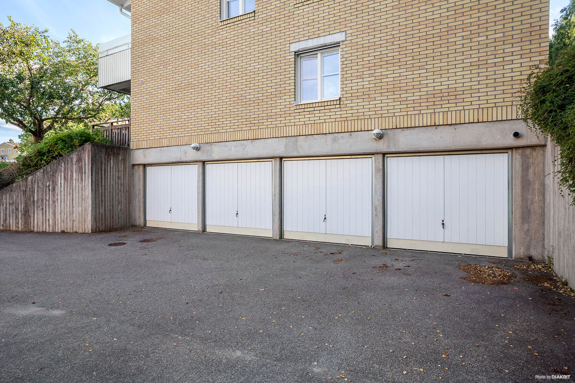 Garaget längst till vänster tillhör bostadsrätten!