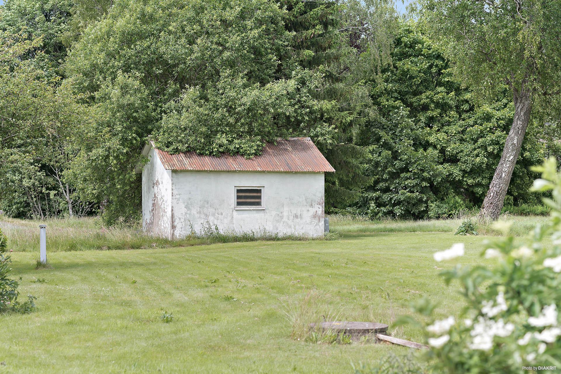 Fryshuset är friköpt och tillhör fastigheten men marken det ligger på arrenderad mark. Arrendet löper 37 år till.