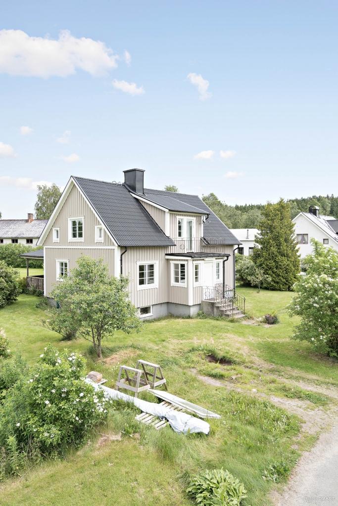 Välkommen till Karl-Gustav 139 och denna trevliga villa med stor tomt!
