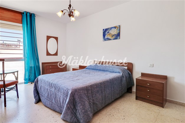 Rymligt sovrum med inbyggda garderober