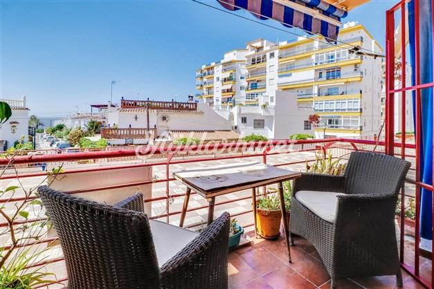 Solig terrass endast någon minut från stranden