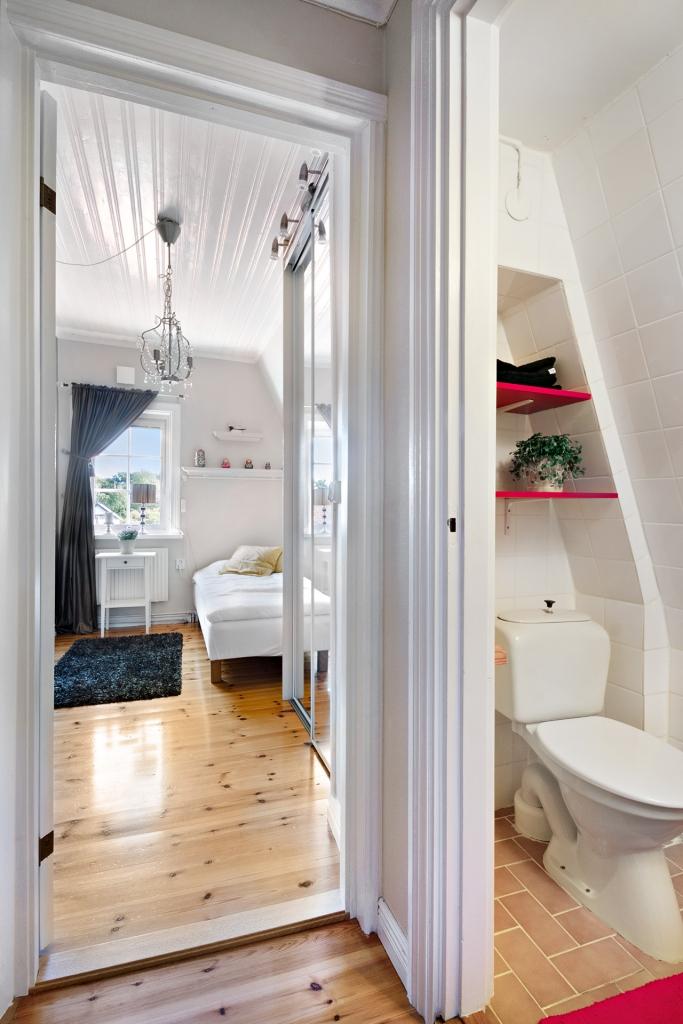 Sovrum 1 med en liten toalett i hallen utanför