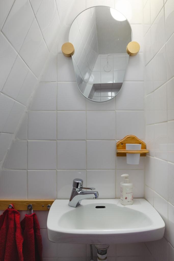 Liten toalett på övre plan