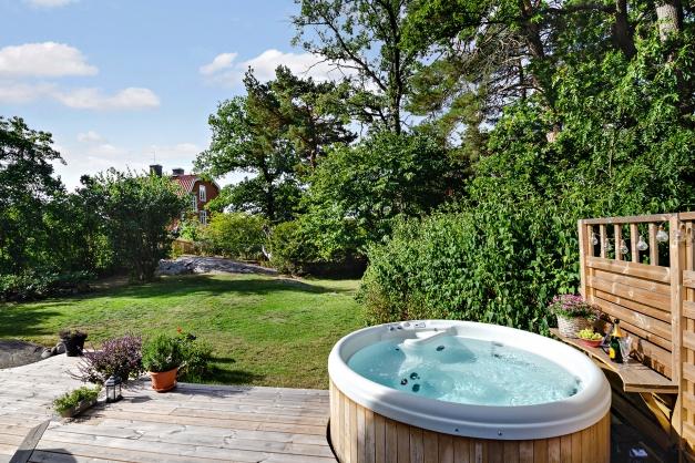 Insynsskyddad trädgårdstomt med badtunna