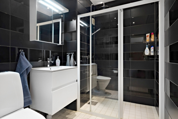 Helkaklat duschrum på entréplan