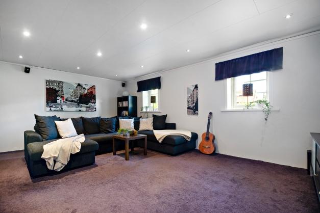 Tv-rum och sällskapsrum på souterrängplan